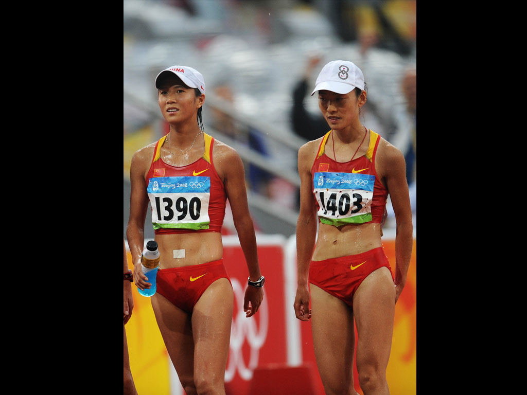 刘虹(左)与时娜在比赛后-女子20公里竞走俄罗斯摘金中国第四 高清图片