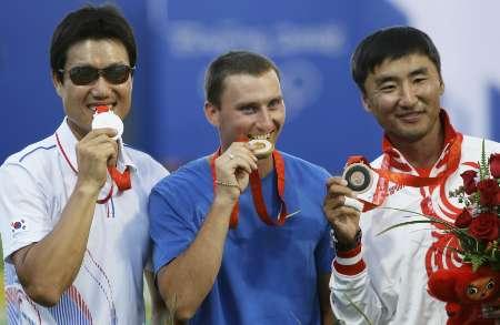 图文-[奥运]男子个人射箭决赛 鲁班击败韩选手夺冠