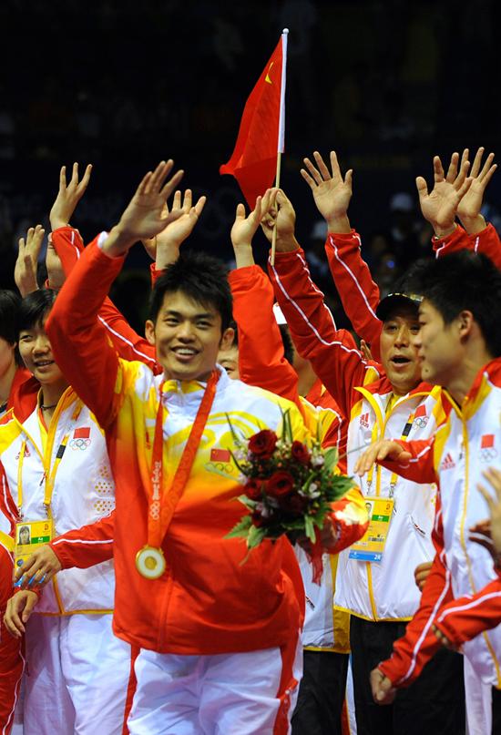 图文-[奥运]羽球男单决赛 林丹夺冠中国羽球队欢庆