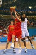 图文-中国女篮VS西班牙 卞兰正准备强行上篮