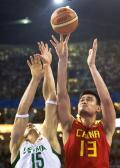 图文-[奥运]男篮VS立陶宛 姚明跳投让对手无计可施