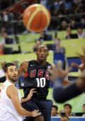 图文-美国男篮118-107西班牙 科比目睹篮球飞走