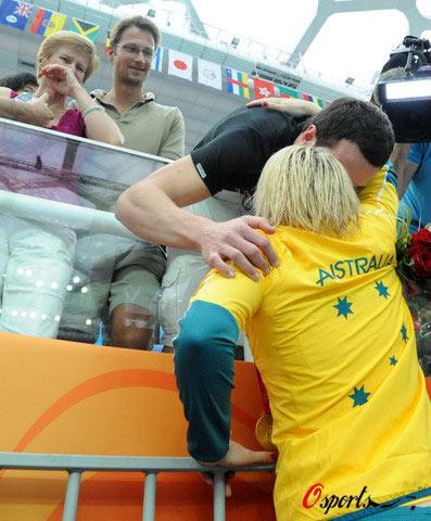 图文-女子100米蛙泳澳大利亚夺冠 琼斯与家人拥抱