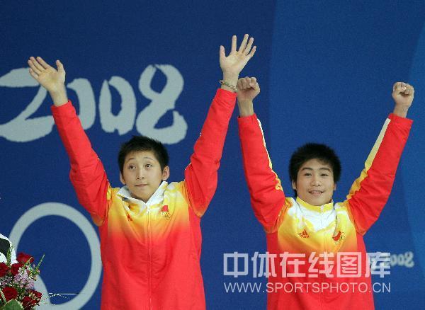 图文-男双10米台林跃火亮夺冠 感谢现场观众