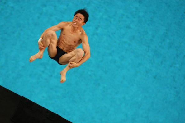 图文-周吕鑫火亮晋级10米台半决赛 表情很紧张