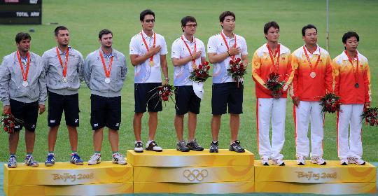 图文-奥运会射箭男子团体决赛 三国队员在领奖台上