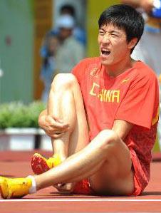 特写-刘翔退赛竟然早有预兆赛前热身表情痛苦