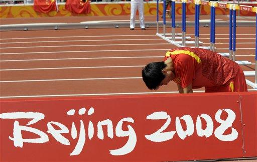 图文-刘翔因伤退出110米栏比赛 伤心的跪在跑道上