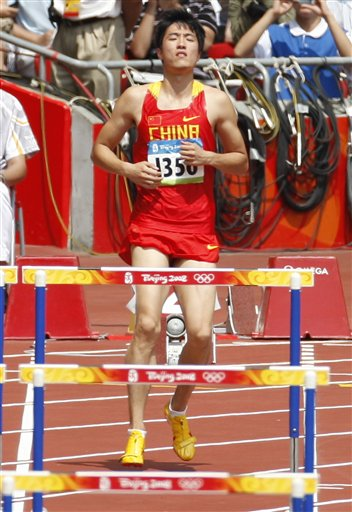 图文-刘翔因伤退出110米栏比赛 刘翔在比赛前