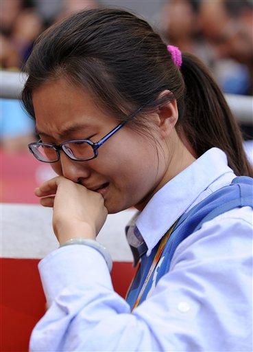 图文-刘翔因伤退出110米栏比赛 志愿者也难忍泪水
