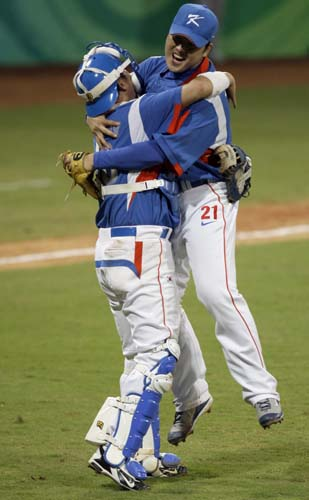 图文-聚焦奥运会17日棒球赛场 队员兴奋热烈拥抱
