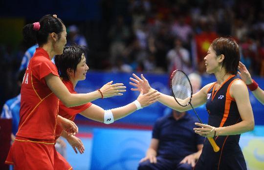 图文-魏轶力张亚雯获女双铜牌 胜后与对手致意