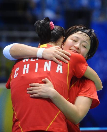 图文-魏轶力张亚雯获女双铜牌 相拥庆祝胜利