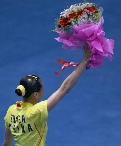 图文-中国锁定羽毛球女单金牌 举起鲜花庆祝