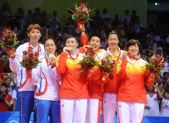 图文-于洋杜婧羽毛球女双夺金 领奖台的全家福