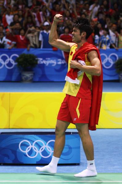 图文-奥运会羽毛球男单决赛 林丹夺冠身披国旗
