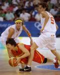 图文-中国女篮67-64西班牙 倒地传球寻找队友