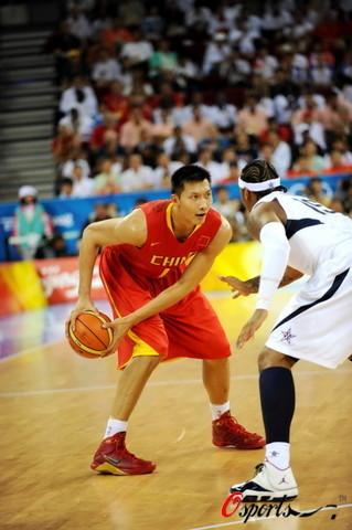 图文-[奥运会]中国男篮VS美国 易建联准备突破