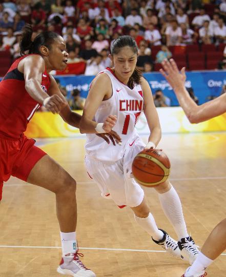 图文-女篮预赛中国63-108美国 隋菲菲艰难突破