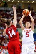图文-中国女篮次战挑战美国 卞兰后仰跳投