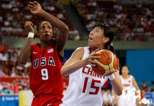 图文-中国女篮次战挑战美国 陈楠和莱斯利对抗