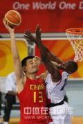 图文-[奥运会]中国男篮85-68安哥拉 对手试图封盖