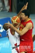 图文-[奥运会]中国男篮85-68安哥拉 大郅拼尽全力