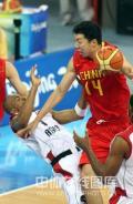 图文-[奥运会]中国男篮85-68安哥拉 大郅遭犯规