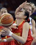 图文-[奥运会]中国女篮VS捷 制造对手犯规