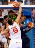 图文-[男篮小组赛]美国119-82西班牙 科比遇严防