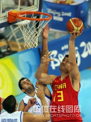 图文-[奥运会]中国男篮77-91希腊 姚明勾手