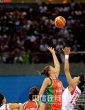 图文-[女篮]中国77-62白俄罗斯 双方争抢高球