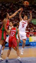 图文-中国女篮77-62白俄罗斯 卞兰传球出现失误