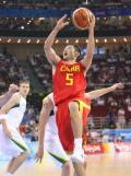 图文-男篮1/4决赛中国对阵立陶宛 刘炜精彩上篮