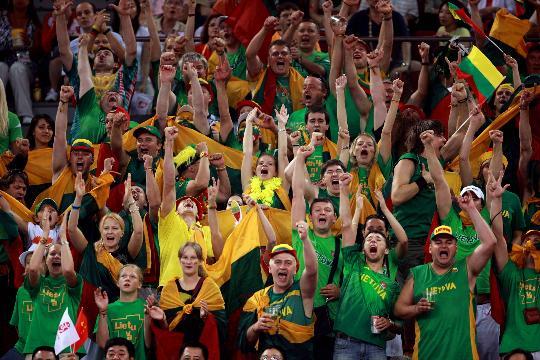 图文-男篮中国队不敌立陶宛队 立陶宛球迷很热情