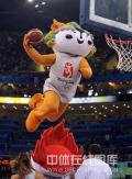 图文-[奥运会]中国女篮VS澳大利亚 福娃在扣篮
