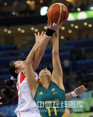 图文-[奥运会]中国女篮VS澳大利亚 激烈的争夺