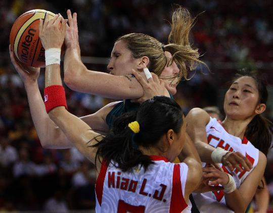 图文-女篮半决赛中国队中国负澳洲 场上贴身肉搏