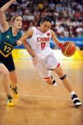 图文-中国女篮56-90澳洲 苗立杰突破对手