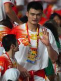 图文-2008北京奥运会闭幕式 姚明不断挥手致意