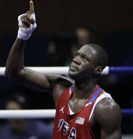 图文-17日拳击淘汰赛争夺赛况 胜利者的手势