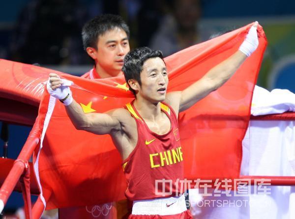 图文-邹市明获拳击48公斤级金牌 把国旗展开