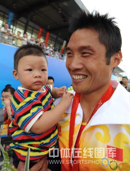图文-孟关良/杨文军500米划艇卫冕 最喜欢儿子