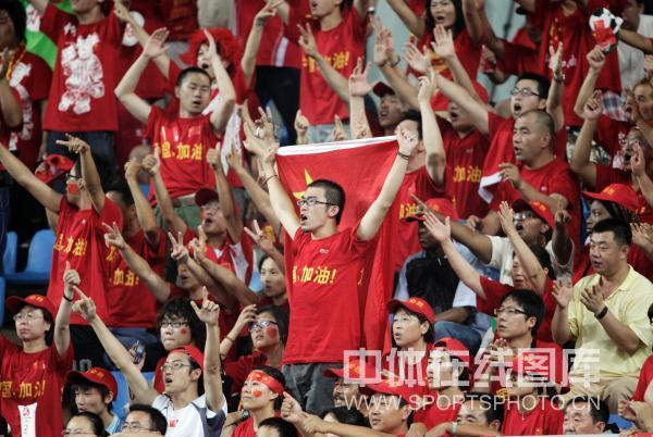 图文-中国国奥1-1战平新西兰 球迷不离不弃