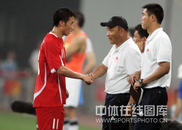 图文-中国国奥1-1战平新西兰 主帅安慰队友