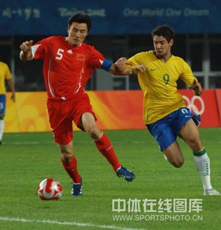 图文-[男足]中国0-3巴西 帕托让李玮峰很难受
