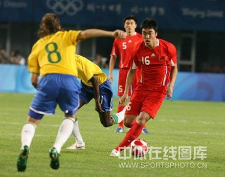 图文-[男足]中国0-3巴西 赵旭日面对莱瓦