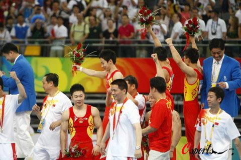 图文-奥运体操男团中国队夺冠  队员们挥手致意