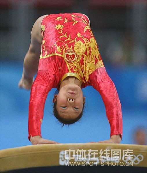 图文-体操女子团体决赛打响 邓琳琳在比赛中