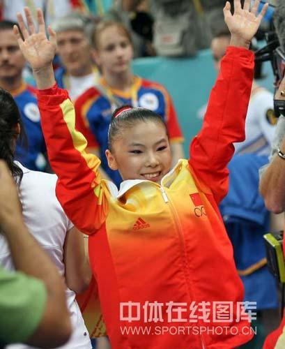 图文-体操女子高低杠决赛何可欣夺金 向谁招手呢